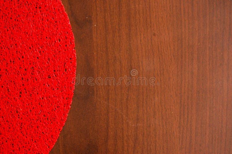 Czerwona pielucha nad drewnianym stołem obrazy stock
