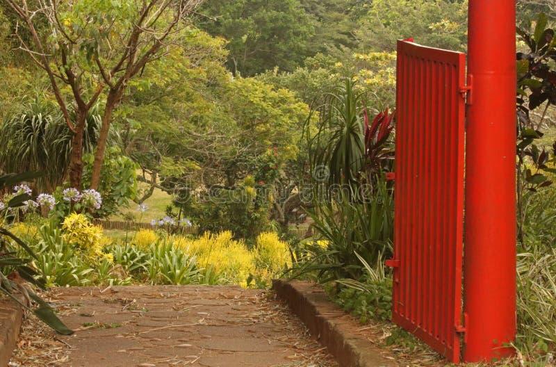 CZERWONA poczta I brama W ogródzie botanicznym zdjęcia stock