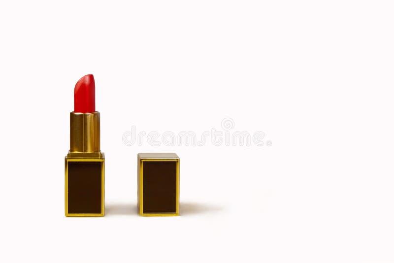 Czerwona pomadka z otwartą pokrywą, prostokątnym kształtem, czernią i złoto luksusową tubką, Modny projekt obraz stock