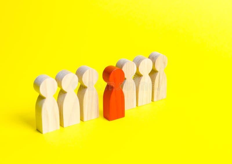 Czerwona postać mężczyzna wynika linię ludzie na żółtym tle Lidera pojęcie i przywódctwo ilości utalentowany obrazy royalty free