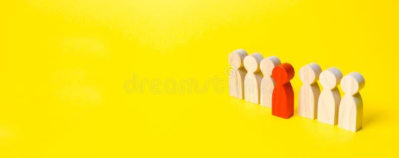 Czerwona postać mężczyzna wynika linię ludzie na żółtym tle Lidera pojęcie i przywódctwo ilości utalentowany fotografia royalty free