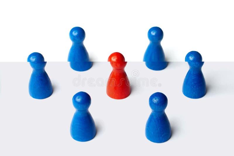 Czerwona postać po środku 6 postaci Biznesowy pojęcie dla przywódctwo, pracy zespołowej lub grup, pojedynczy białe tło obrazy royalty free