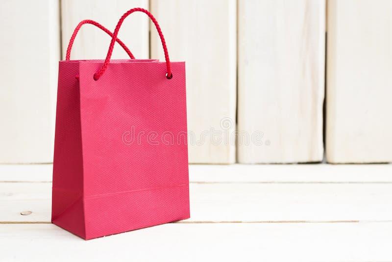 Czerwona prezent torba na drewnianym tle Miejsce dla twój teksta fotografia royalty free