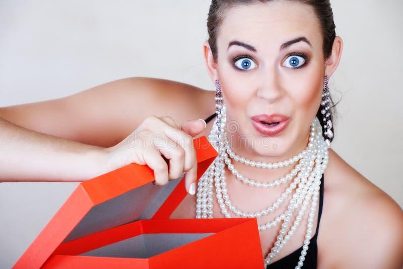 czerwona pudełkowata kobieta niespodziankę zdjęcia royalty free