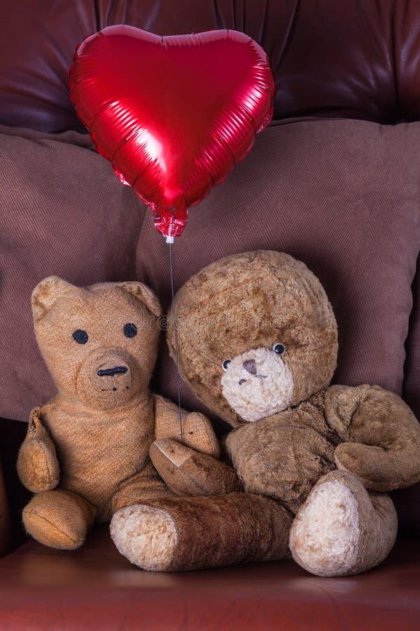 czerwona róża Stara starzejąca się miś para Czerwony serce balon zdjęcia royalty free