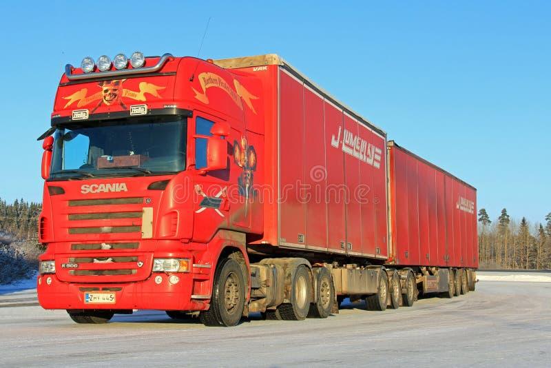 Czerwona Scania R500 Semi przyczepy ciężarówka zdjęcia royalty free
