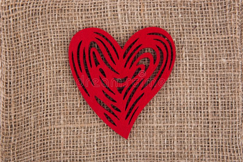 Czerwona serce strona popiera kogoś na burlap - obok - zdjęcia royalty free