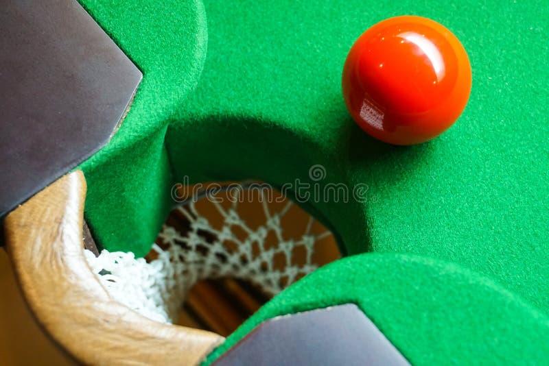 Czerwona snooker piłka na snookeru stole zdjęcia royalty free