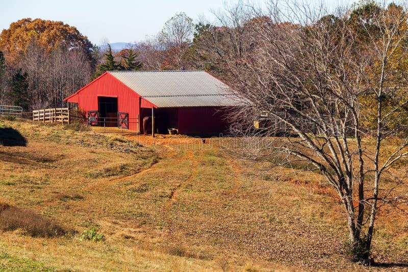 Czerwona stajnia w Cherokee okręgu administracyjnym Gruzja przy końcówką spadek obraz stock