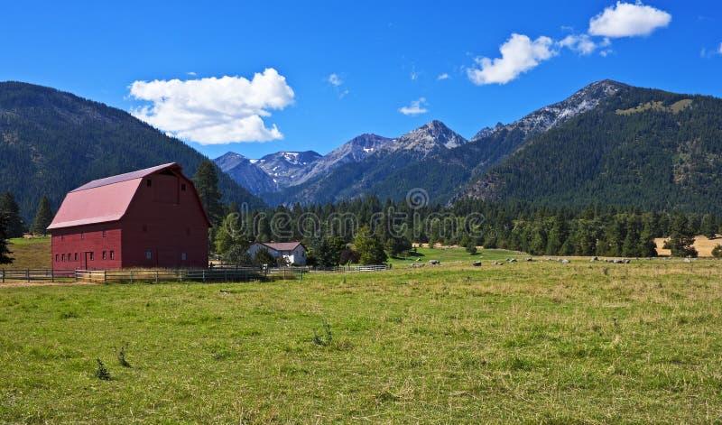 Czerwona stajnia z domem wiejskim, Oregon zdjęcie royalty free