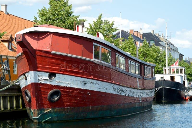 Czerwona stara łódź obrazy royalty free