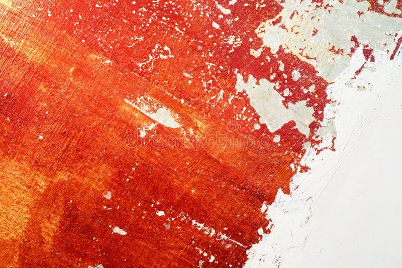 Czerwona stara betonowa ściana z obieranie farbą i świeżym tynkiem zdjęcie royalty free