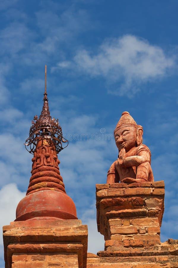 Czerwona statua przed pagodą w Bagan (poganin) fotografia royalty free