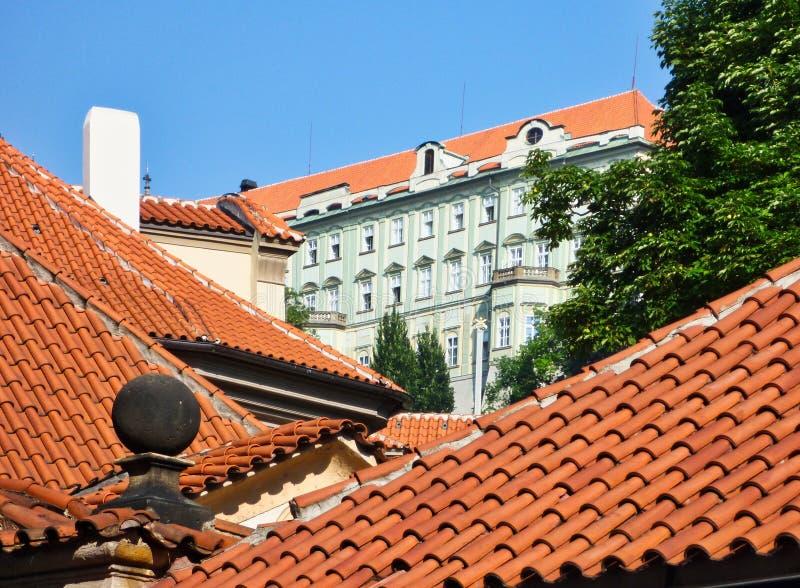 Czerwona terakota Taflujący dachy, Praga fotografia royalty free
