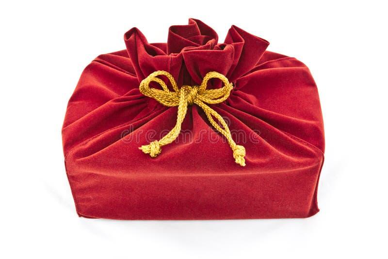 Czerwona tkanina prezenta torba odizolowywająca fotografia royalty free