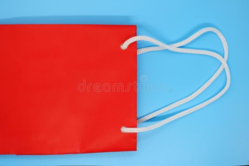 Czerwona torba na zakupy zamknięta w górę, miejsce dla tuksta, papierowa torba dla produktów obraz stock