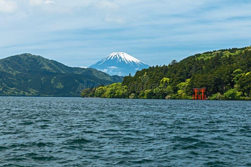 Czerwona torii brama na brzeg Jeziorny Ashi blisko góry Fuji w Hak, zdjęcia stock