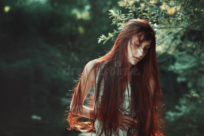 Czerwona włosiana kobieta z oczami zamykającymi fotografia stock