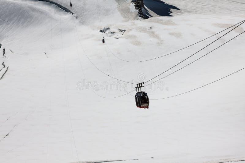 Czerwona wagon kolei linowej kolej, cableway, w ośrodku narciarskim zdjęcia stock