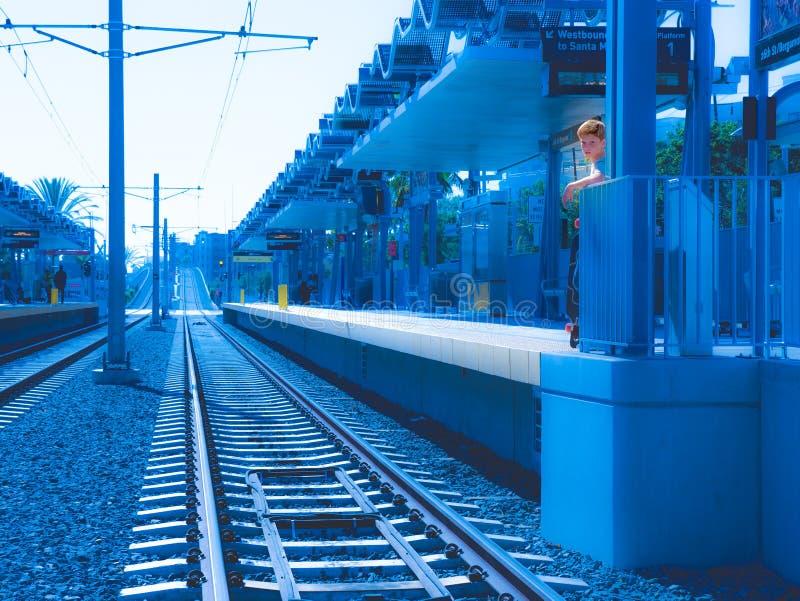 Czerwona Z włosami chłopiec pozycja Na metra światła poręcza platformie zdjęcia stock