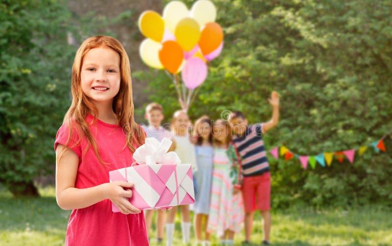 Czerwona z włosami dziewczyna z prezentem przy przyjęciem urodzinowym obrazy royalty free