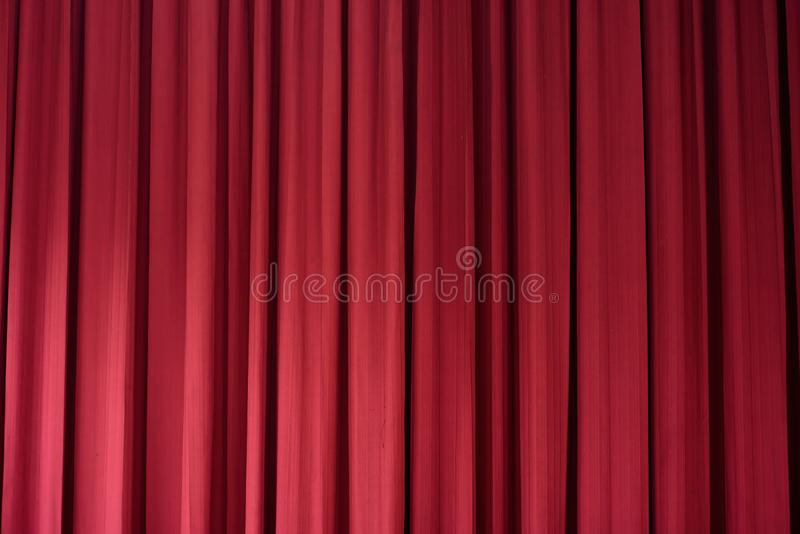 Czerwona zasłona jest tłem zdjęcia royalty free