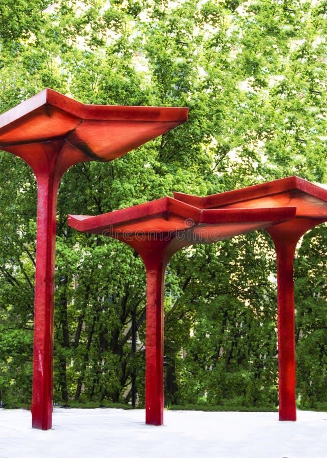 Czerwona zasięrzutna pokrywa przy dworcem w Charlotte Pólnocna Karolina zdjęcia royalty free