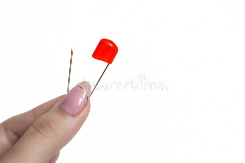 Czerwona zbawcza szpilka w ręce obrazy royalty free