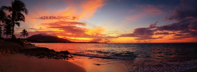 Czerwona zmierzch panorama na Karaibskiej plaży z drzewkami palmowymi Puerto Plata, republika dominikańska, Karaiby obraz stock