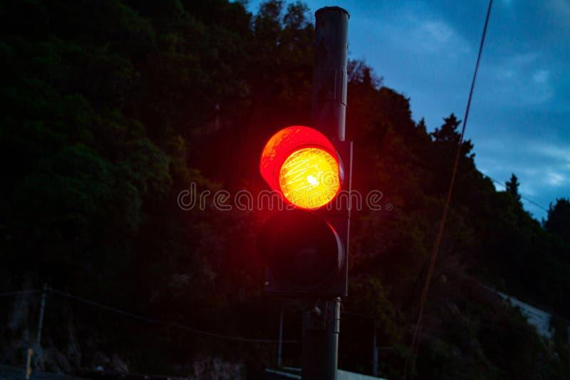 Czerwone światło na światła ruchu przy nocą Ruchu drogowego bezpieczeństwa pojęcie z światła ruchu wizerunkiem obrazy stock