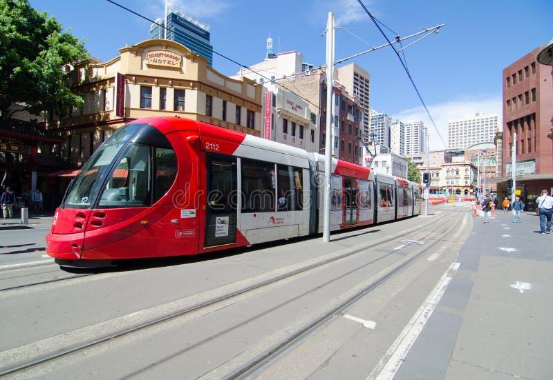 Czerwone światło sztachetowy bieg przez Targowego miasta przy Sydney Chinatown obraz royalty free