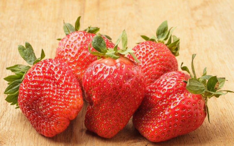 Czerwone świeże truskawkowe owoc na drewnianym stole obraz royalty free