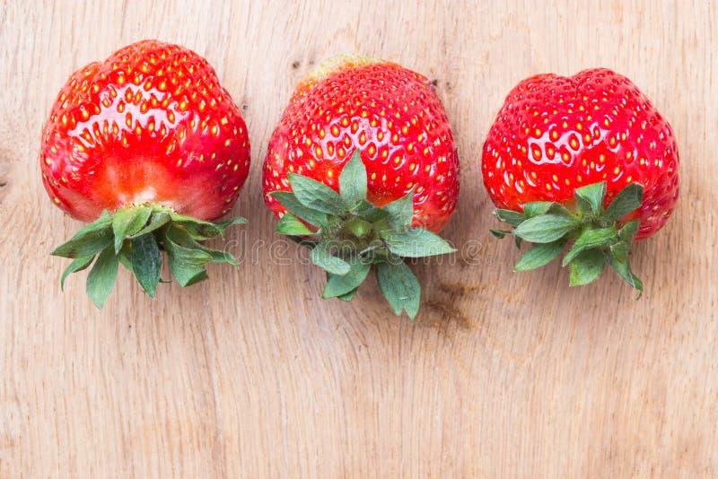 Czerwone świeże truskawkowe owoc na drewnianym stole zdjęcia stock