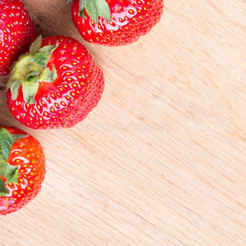 Czerwone świeże truskawkowe owoc na drewnianym stole obrazy stock
