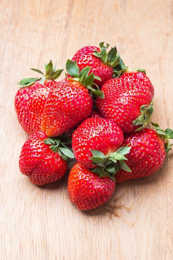 Czerwone świeże truskawkowe owoc na drewnianym stole zdjęcie royalty free
