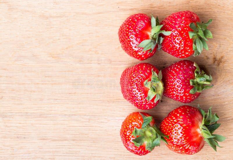 Czerwone świeże truskawkowe owoc na drewnianym stole fotografia royalty free