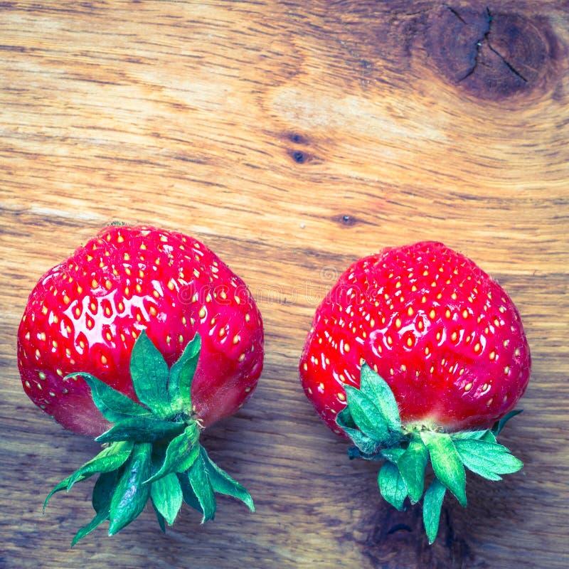 Czerwone świeże truskawkowe owoc na drewnianym stole obraz stock