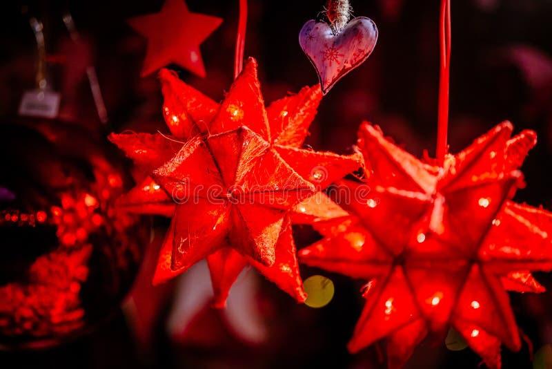 Czerwone boże narodzenie dekoracje na Trentino Altowego Adige, Włochy boże narodzenia wprowadzać na rynek zdjęcie stock