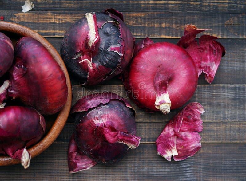 Czerwone cebule na drewnianym stole rynek produktów rolnictwa świeże warzywa fotografia stock
