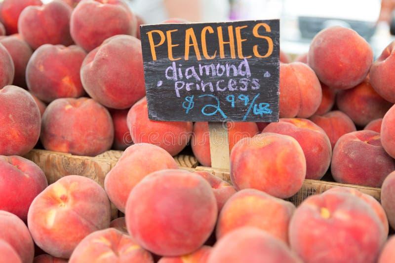 Czerwone dojrzałe brzoskwinie przy rolnika rynkiem zdjęcia stock