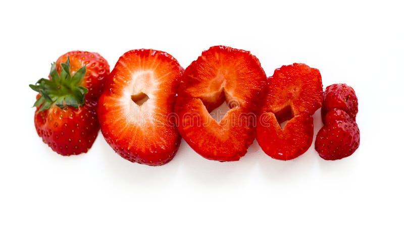 Czerwone dojrzałe truskawki cią w kawałki na białym tle obrazy royalty free