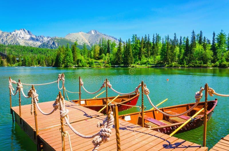 Czerwone drewniane łodzie cumowali molo góra fotografia royalty free