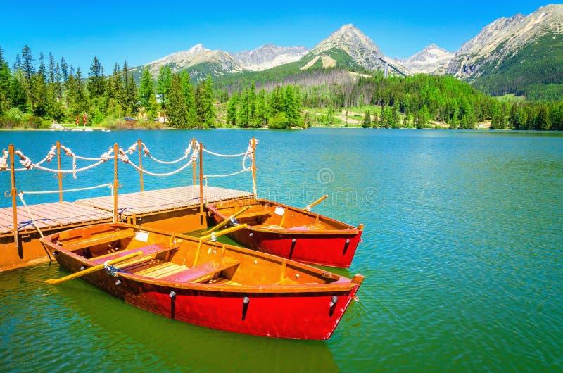 Czerwone drewniane łodzie na halnym jeziorze w Sistani obrazy royalty free