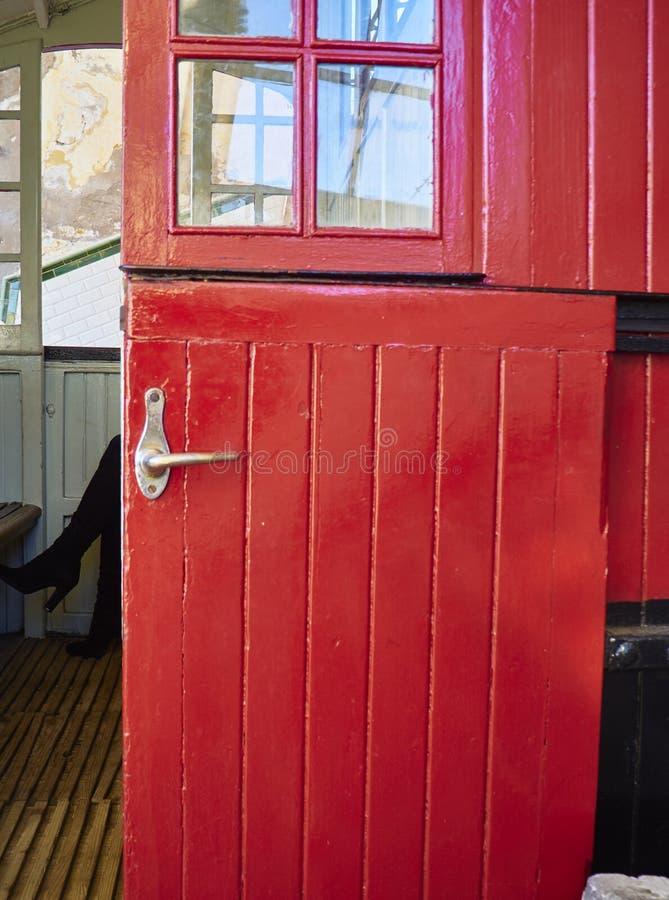 Czerwone drewniane drzwi z metalowym klamką fotografia royalty free