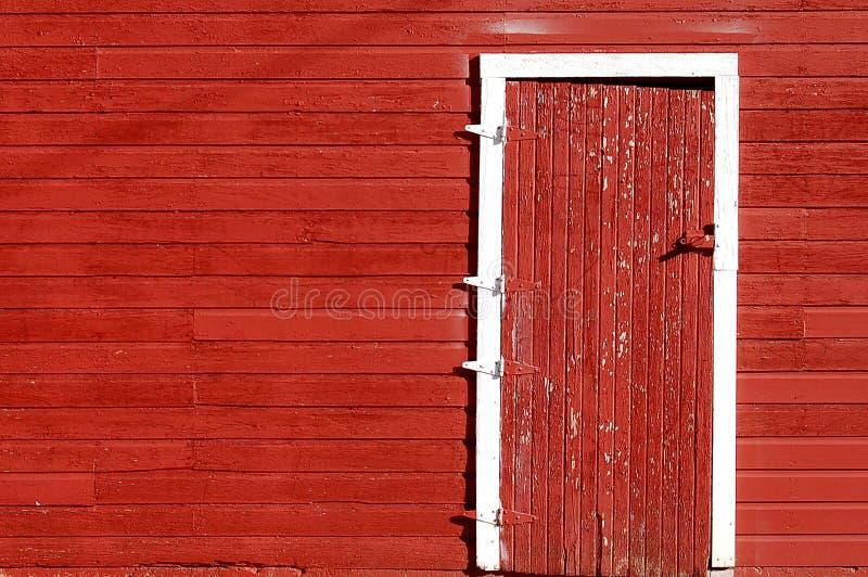 czerwone drzwi stodoły zdjęcia royalty free
