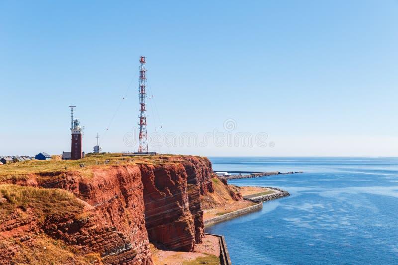 Czerwone falezy wyspa Helgoland na s?onecznym dniu przeciw niebieskiemu niebu zdjęcie stock
