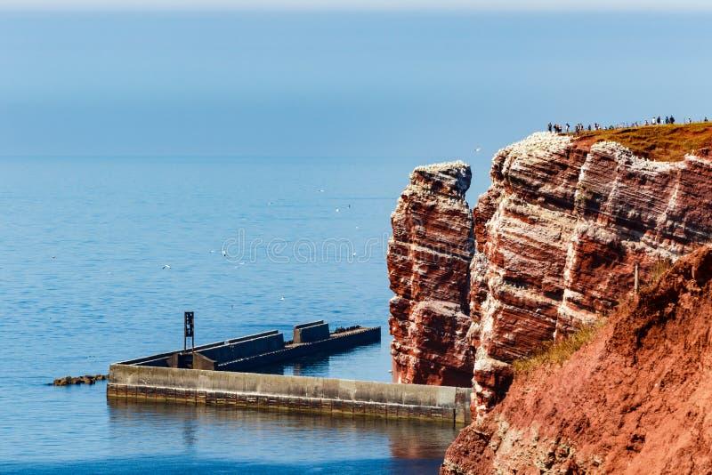 Czerwone falezy wyspa Helgoland na s?onecznym dniu przeciw niebieskiemu niebu obraz royalty free