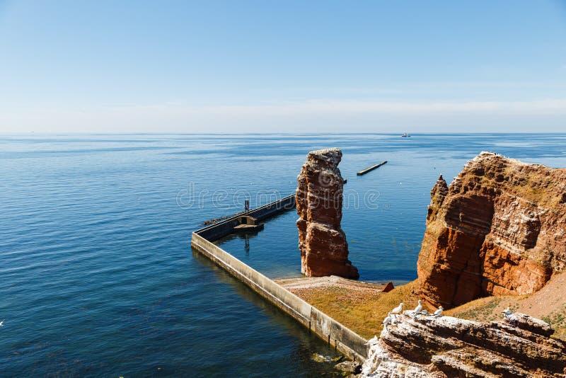 Czerwone falezy wyspa Helgoland na s?onecznym dniu przeciw niebieskiemu niebu zdjęcia royalty free
