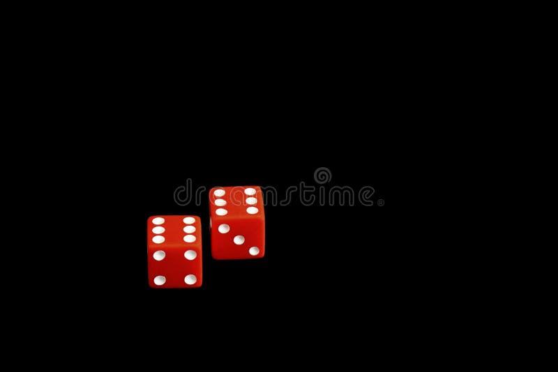 Czerwone gemowe kostki do gry odizolowywać na czarnym tle, kasyno fotografia royalty free