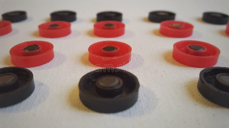 czerwone i czarne round postacie na białej kanwie obrazy stock